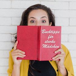 Frau mit Buch - Buchtipps für starke Mädchen